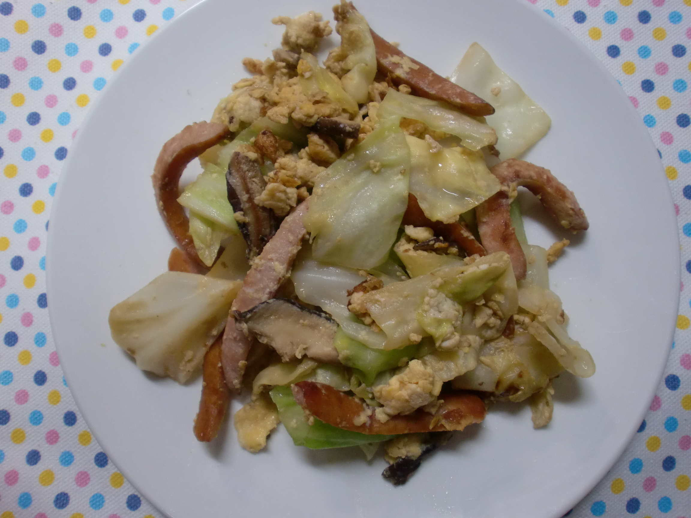 ソーセージと玉子を使って簡単に調理!減塩の野菜炒め