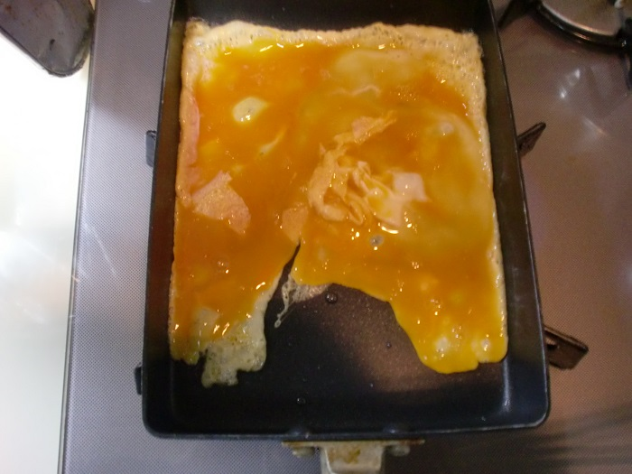 玉子とだし醤油を入れて混ぜ合せて、フライパンに流し込む。