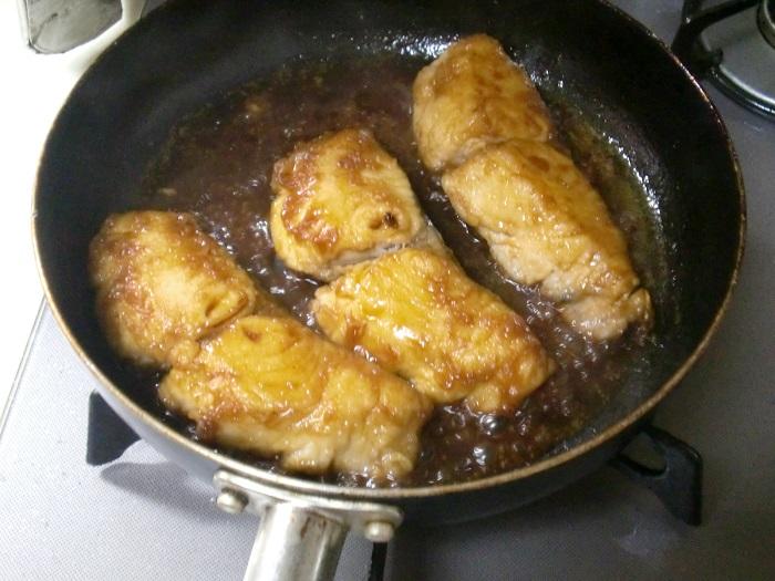 フライパンに調味料を入れて煮詰めていく