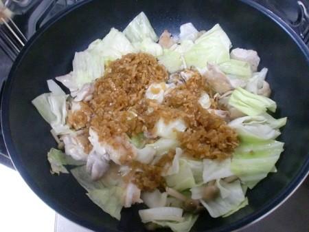 鶏肉と野菜を炒めたら、カップクックの「鶏のてりやきのたれ」を入れて炒める