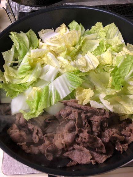 牛肉を煮たら白菜を入れる