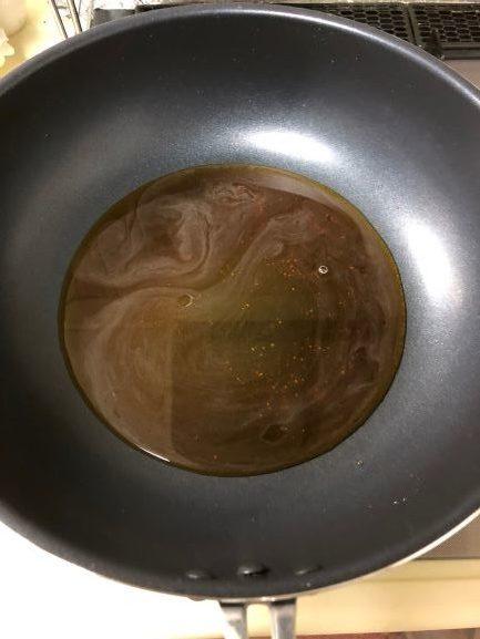 フライパンに調味料を入れて加熱