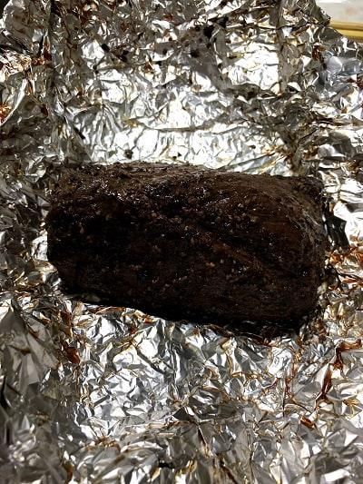 食べる直前に肉を冷蔵庫から出して、アルミホイルを広げました。