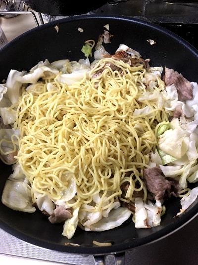 野菜を炒めたら麺を入れて炒める