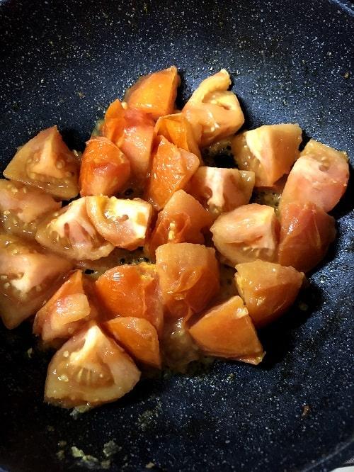 2で使ったフライパンに、再度 ごま油(大さじ1)をひき、トマトを角がなくなるくらい炒める。