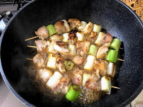 鶏肉と白ネギに焼き色が着いたら、調味料を入れて煮ます。