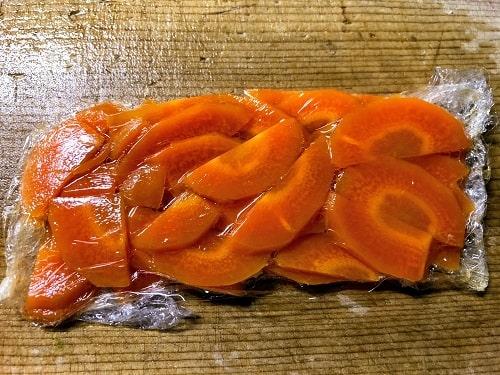 人参をカットしてレンジで1分、火を通します。