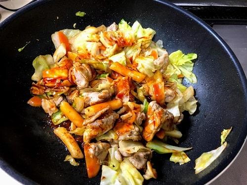 材料に火が通ったら「合わせ調味料」を加え、軽く炒め合わせたら出来上がり。